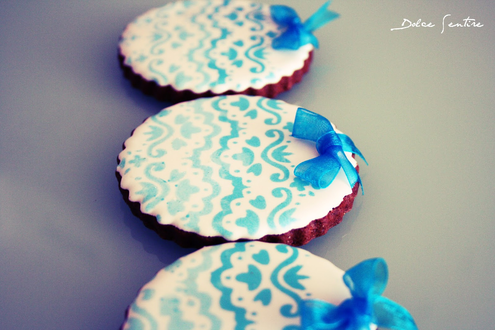 "Galletas ""Blue Lace"": Cómo usar stencils sobre glasa {Foto Tutorial} Lace cookies galletas de chocolate"