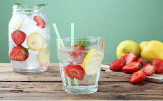 Agua con fresas y limón
