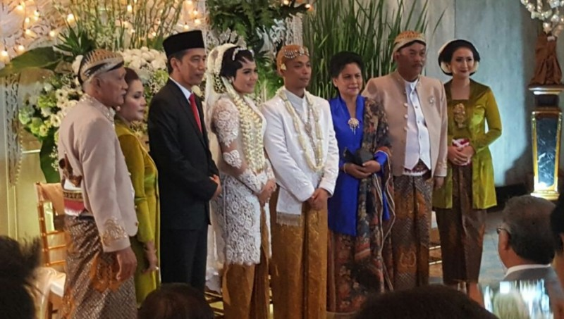 Presiden Jokowi berfoto di pernikahan anak Ketua DPRD DKI