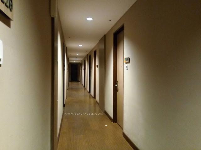 Lorong kamar di Kytos Hotel