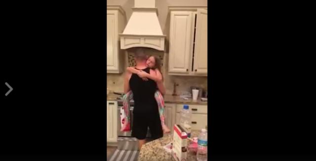 فيديو| ظنت أن زوجها وابنتها يعدان الفطور.. ولكن ما شاهدته جعلها تبكي!