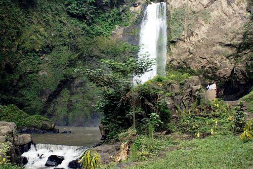 Air Terjun ini mempunyai ketinggian sekitar Air Terjun Tiu Pupas Pulau Lombok