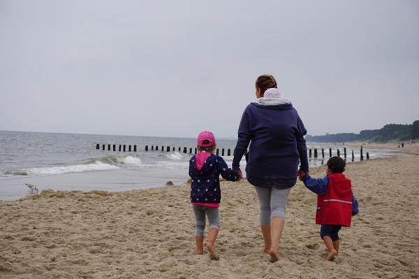 idealna mama i trójka dzieci, maleństwo w chuście, na plaży i płaszcz mammastudio