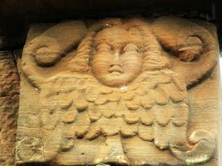 Anjo esculpido em coluna do antigo templo de San Ignácio Mini.