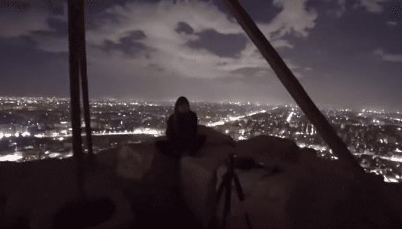 سائح دنماركي وصديقته يصوران لقطات إباحية فوق الأهرامات.! فيديو