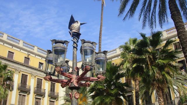Luminarias obra de Gaudí, Plaza Real, Barcelona