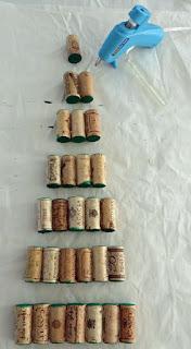 arbol de navidad hecho con corchos reciclados
