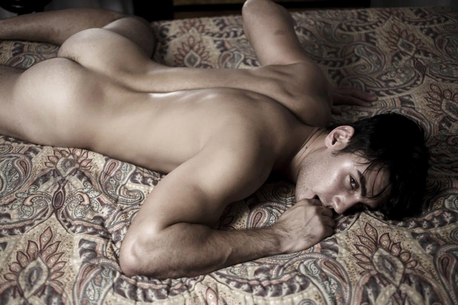 места можно спящий голый мужчина возможно