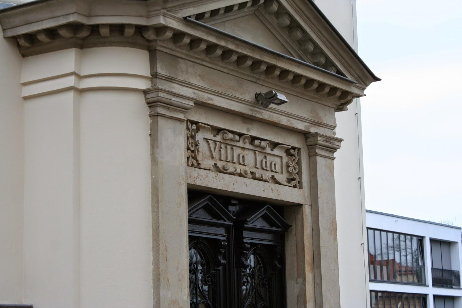 """Hauseingang mit der Aufschrift """"Villa Ida"""""""