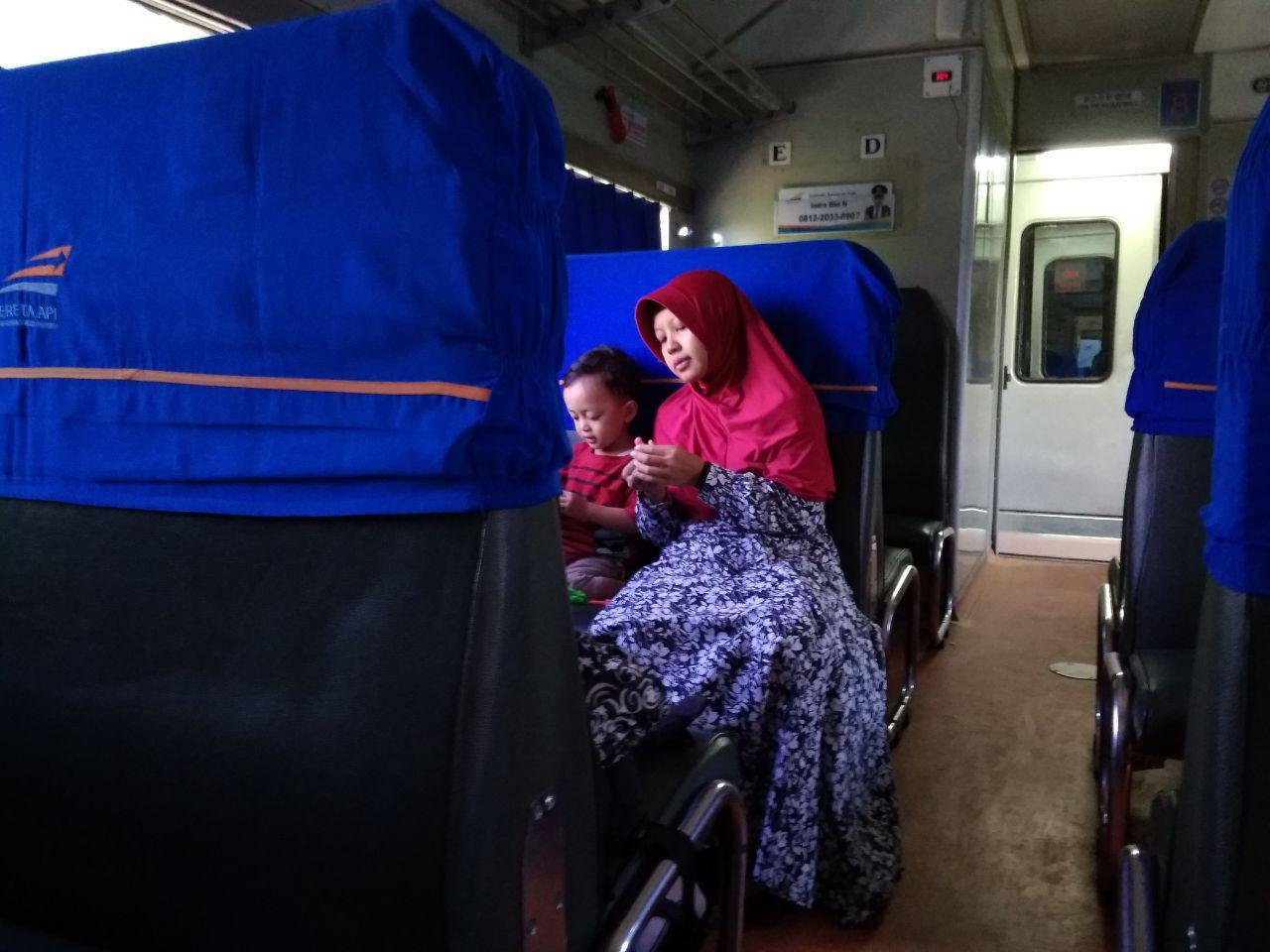 tips naik kereta api ekonomi membawa balita