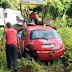Veículo é furtado em frente de revenda de veículos, e encontrado em Rio Bonito capotado