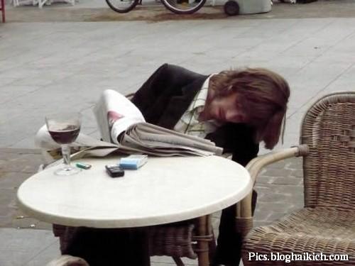 Ngủ quên trên bàn