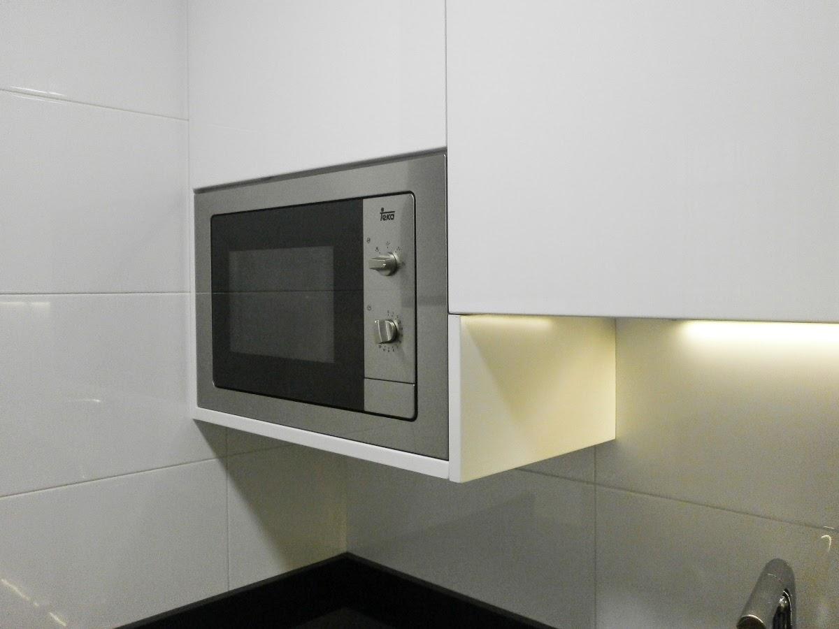 Elegancia y funcionalidad en una cocina peque a cocinas for Mueble cocina microondas