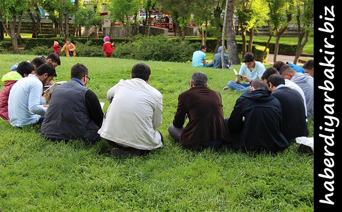 DİYARBAKIR- HÜDA PAR Bağlar İlçe Gençlik Kolları Başkanlığı tarafından Diyarbakır'ın merkez Bağlar ilçesinde bulunan Koşuyolu Parkı'nda, gençlere yönelik açık hava kitap okuma etkinliği düzenlendi.