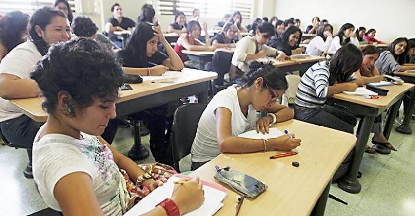 Es insólito que universidades y colegios con tarifas altas no paguen IGV, sostiene economista Elmer Cuba