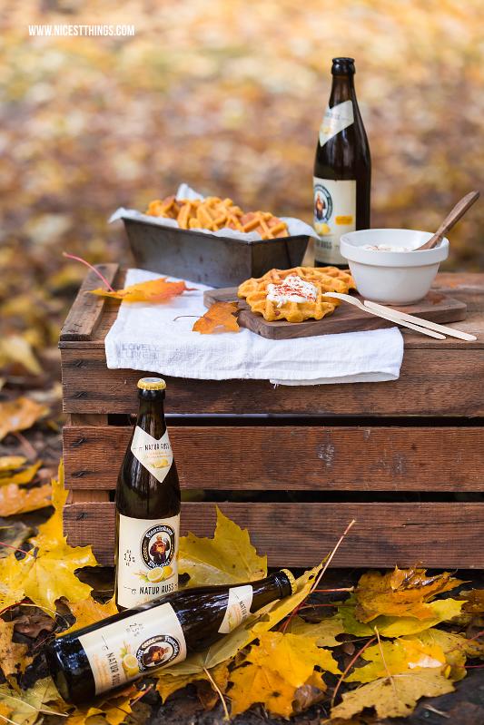 Herbstpicknick mit Holzkiste und herzhaften Kürbiswaffeln