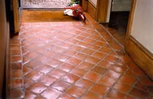 Piedras y escarabajos suelos barro cocido terracota pavimento continuo arcilla opus signinum Suelo de barro cocido
