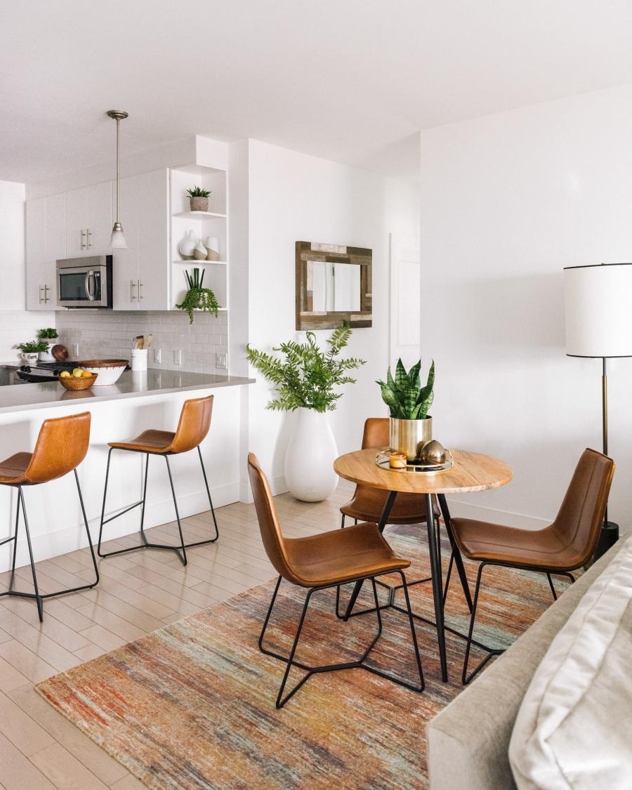 Prosty apartament w klimacie feng shui, wystrój wnętrz, wnętrza, urządzanie domu, dekoracje wnętrz, aranżacja wnętrz, inspiracje wnętrz,interior design , dom i wnętrze, aranżacja mieszkania, modne wnętrza, naturalne materiały, minimalizm, rośliny, białe wnętrza, salon, living room, jadalnia, kuchnia, kitchen, otwarta przestrzeń, otwarty plan, stół, krzesło