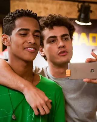 Serginho (João Pedro Oliveira) e Guga (Pedro Alves) viram o jogo contra Aloísio (Marcos França), em 'Malhação - Toda Forma de Amar' — Foto: Globo