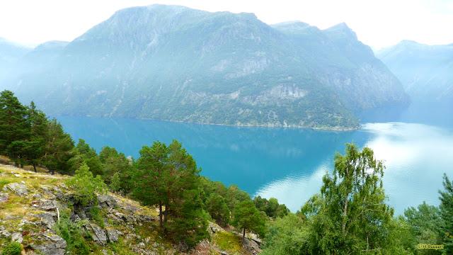 Fjorden in Noorwegen met bergen en blauw water