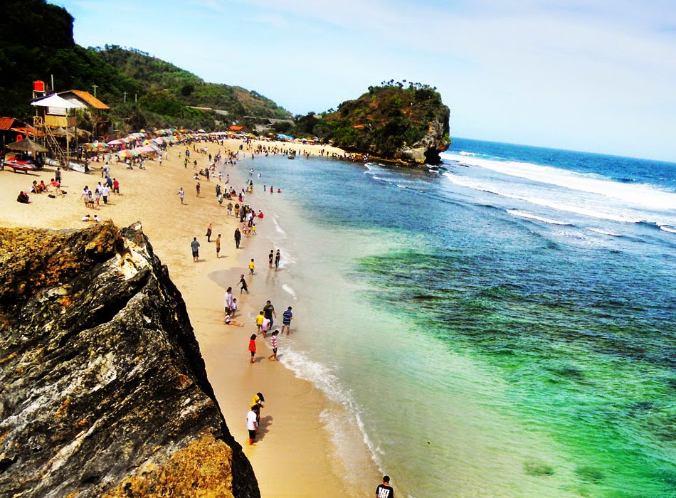 Gambar Pemandangan Pantai Indrayanti dari atas bukit