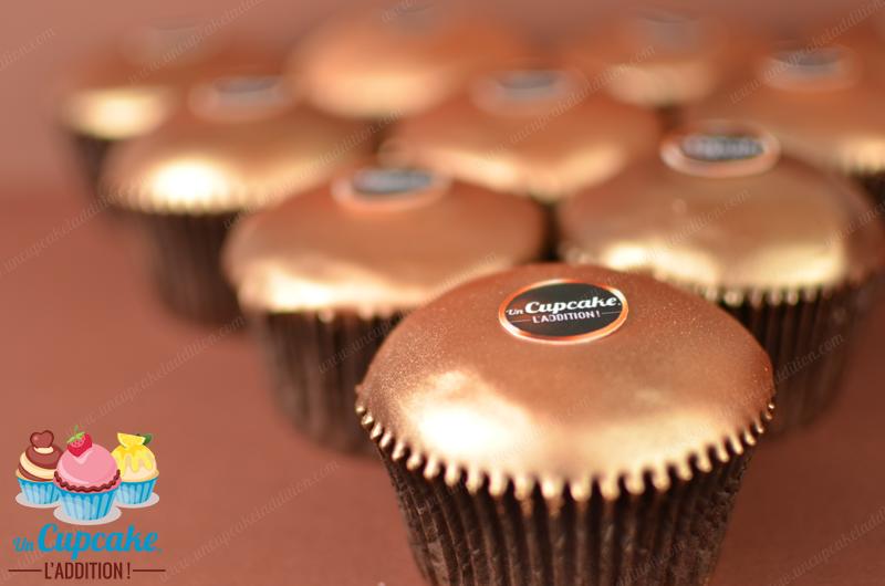Cupcakes al estilo Ferrero RondNoir®: bizcocho de chocolate negro, corazón de crema de chocolate negro y chips de chocolate negro, cobertura de chocolate negro.