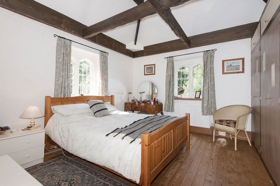 02-Master-Bedroom-Molly-s-Lodge-the-Smallest-Castle-in-England-www-designstack-co
