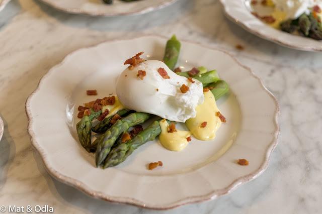 Sparris med hollandaises och pocherat ägg