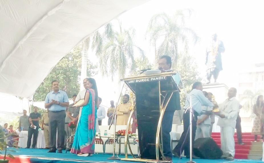 अधीक्षक भू-अभिलेख श्वेता जमरा को मुख्यमंत्री ने सम्मानित किया-Chief-Minister-honored-superintendent-Shweta-Jamra