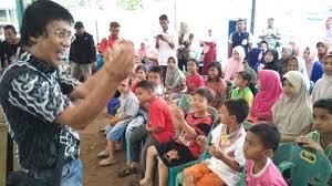 Kak Seto dan tim pendampingan psikososial Kemensos RI Hibur anak-anak Korban Gempa Aceh - Commando