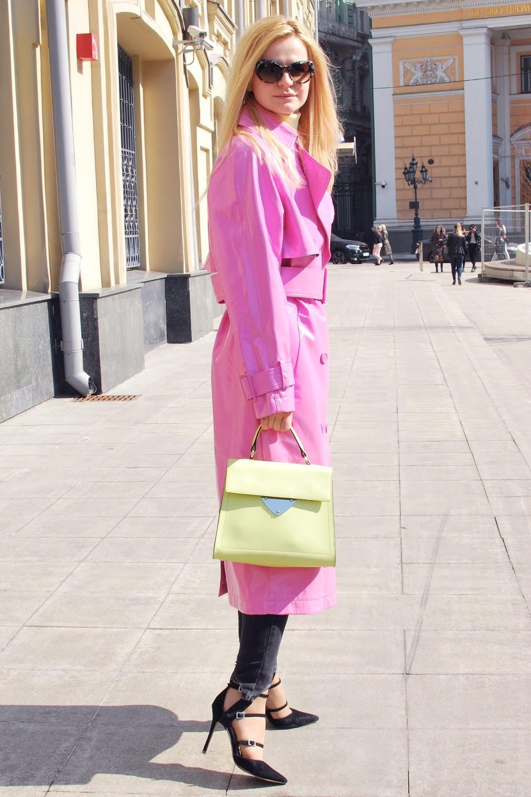 с чем носить розовый плащ весной