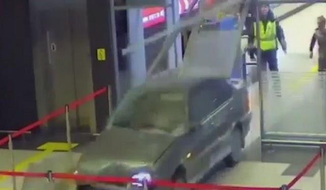 Μεθυσμένος μπήκε με το αυτοκίνητο του στην αίθουσα αεροδρομίου και τα έκανε γυαλιά καρφιά. Τρελή καταδίωξη. (βίντεο)