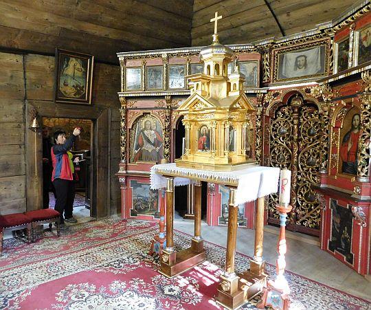 Prezbiterium. Z lewej widoczne wejście do zakrystii.