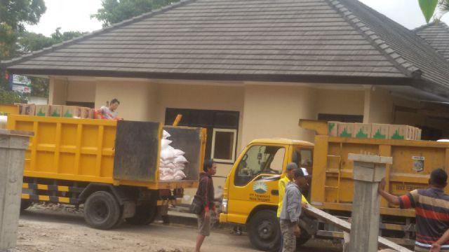 Paket Sandang Pangan Diangkut Ke Kantor LHK Pakai Truk Sampah