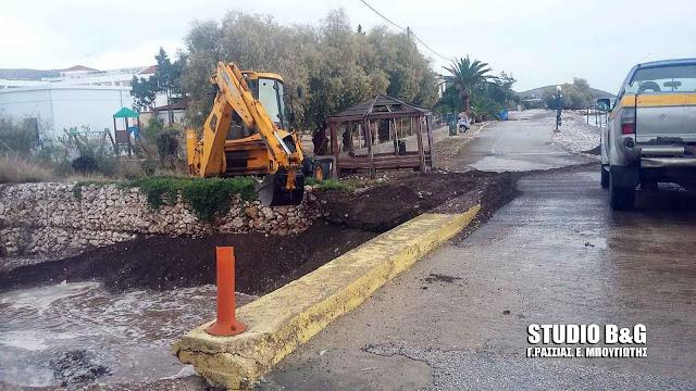 Μάχη των συνεργείων του Δήμου Ναυπλιέων στα Ίρια για να μην κλείσουν τα ρέματα