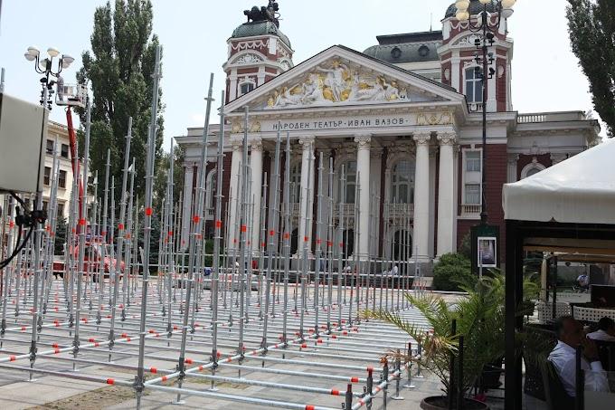 Строят грандиозна сцена пред Народния театър