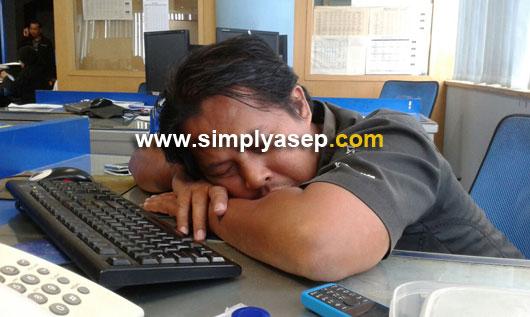 KELELAHAN : Ini saya saat masih bekerja di sebuah kantor media cetak di Pontianak era tahun 2003 an. Saya sering tertidur di tengah hari karena benar benar kelelahan.  Foto Kekes