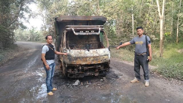 Diduga Tabrak Orang, Mobil Angbara di Bakar