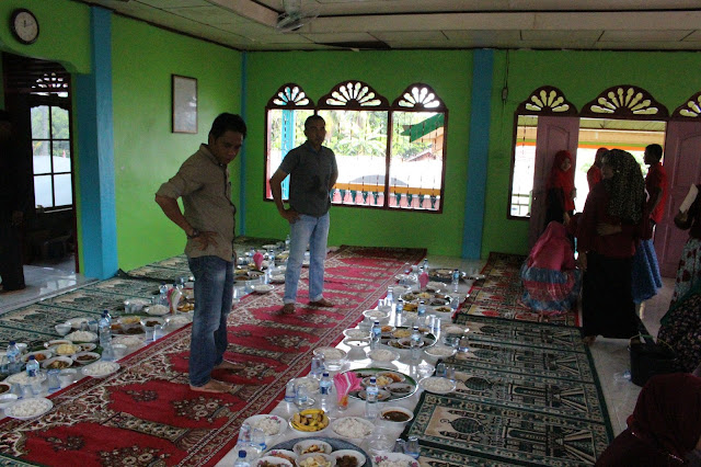 Warga Cot Baroh sedang menyiapkan hidangan khanduri untuk menjamu para undangan