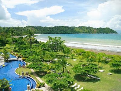 Playa Jaco : plage sur côte maritime.