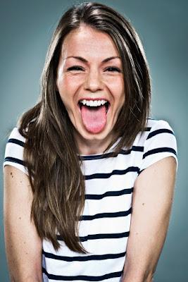 Femme riant à gorge déployée.