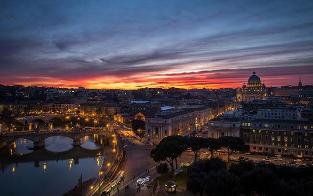 Vista da cidade de Roma ao anoitecer