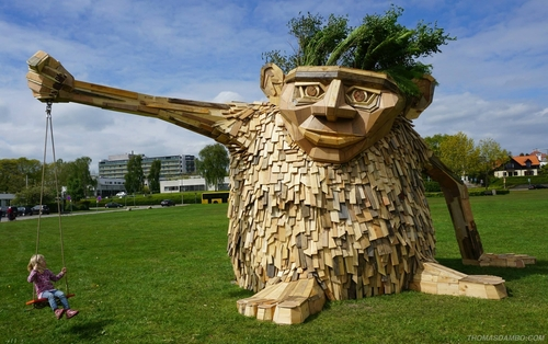 00-Thomas-Dambo-Large-Interactive-Recycled-Wooden-Sculptures-www-designstack-co