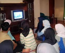 melihat siaran tv