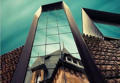 Edificio y de cristal y el cielo