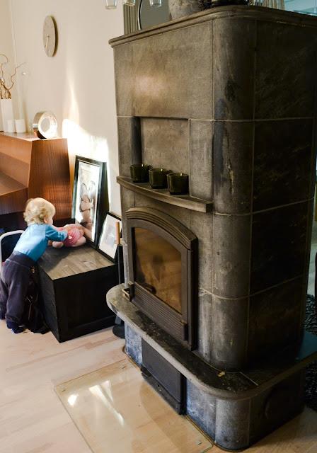 Saippuakuplia olohuoneessa- blogi, Kuva Hanna Poikkilehto, olohuone, koti, sisustus, taapero, lapsi, takka, vuokukivi, piano, Ratia, saaristo kirstu,