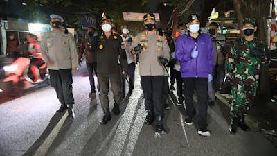 Perintah Kapolri : Patroli Skala Besar PPKM, Polresta Tangerang dan Forkopimda Bagikan Ratusan Paket Sembako di Pasar Kemis