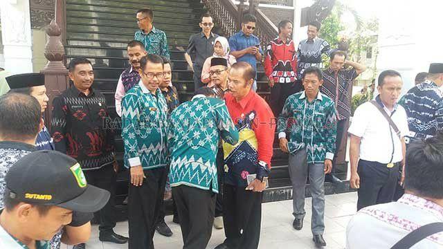 Puluhan Pak Kades Mejeng ke DPRD Kalsel, Minta Tunjangan Naik