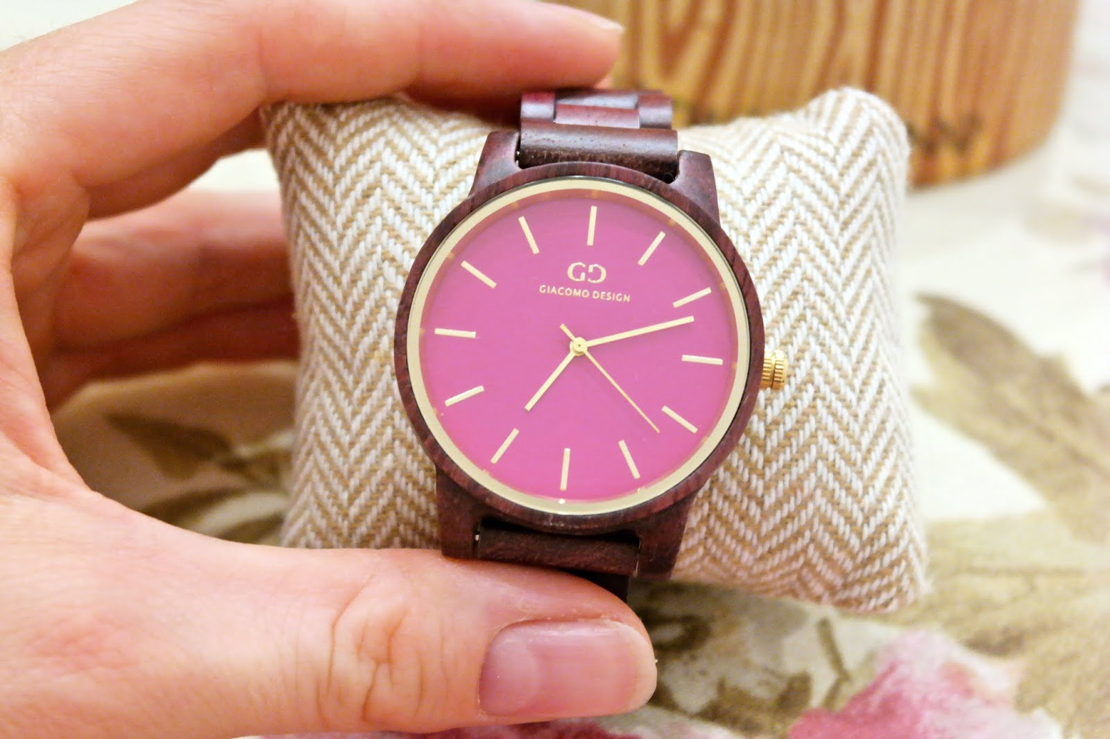 zegarek z różową tarczą