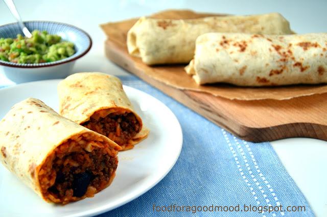 Burrito to serwowana na ciepło, zrolowana tortilla z mięsnym farszem i ryżem na ostro. Do tego obowiązkowo fasola , aromatyczne przyprawy i pyszne danie kuchni tex-mex gotowe :) Jako dodatek polecam guacamole lub kwaśną śmietanę.